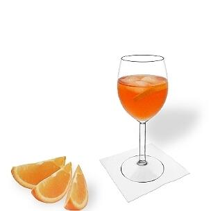 Aperol Spritz im Weinglas, die übliche Art diesen leckeren Champagner Cocktail zu servieren.