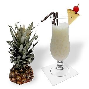 Batida de Coco im Hurricane-Glas, die übliche Art diesen leckeren Sommer Cocktail zu servieren.