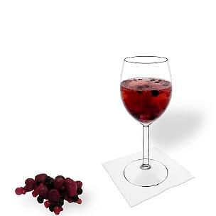 Beeren-Bowle im Weinglas, die übliche Art diesen leckeren Party-Drink zu servieren.
