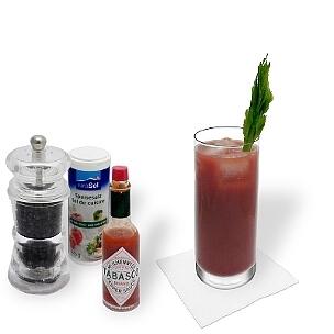 Bloody Mary in einem Longdrink Glas, die übliche Art diesen leckeren Hangover-Cocktail zu servieren.