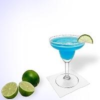 Blue Margarita im Margaritaglas mit Limettenschnitz und Zucker- oder Salzrand.