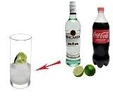 Cuba Libre Zubereitung: Rum, Limette und Eiswürfel