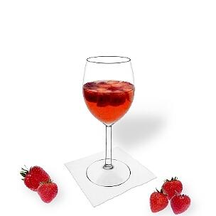 Erdbeerbowle im Weinglas, die übliche Art diesen leckeren Party-Drink zu servieren.