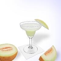 Frozen Melon Margarita im Margaritaglas mit Melonenschnitz und Zucker- oder Salzrand.