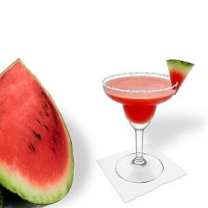 Frozen Watermelon Margarita im Margarita-Glas dekoriert mit einem Wassermelonen Dreieck und Zucker- oder Salzrand. Die beste Art diesen leckeren und gut aussehenden Tequila-Cocktail zu servieren.