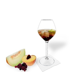 Früchtebowle ist ein fruchtiger und süffiger Party-Drink.