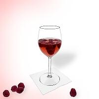 Himbeerbowle im Rotwein Glas.