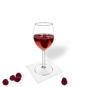 Himbeerbowle im Weinglas, die übliche Art diesen leckeren Party Drink zu servieren.
