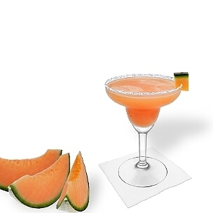 Melonen Margarita im Margarita-Glas dekoriert mit einem Stück Melone und Zucker- oder Salzrand. Die klassische Art diesen leckeren Tequila-Cocktail zu servieren.