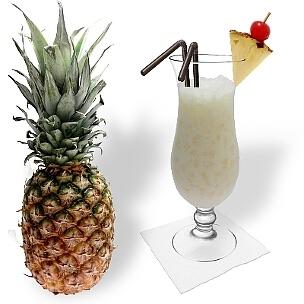 Piña Colada im Hurricane-Glas, die übliche Art diesen leckeren Sommer Cocktail zu servieren.