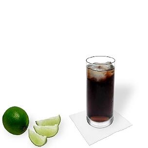 Rum-Cola im Longdrink-Glas, eine gute Option für diesen leckeren Drink zu präsentieren.