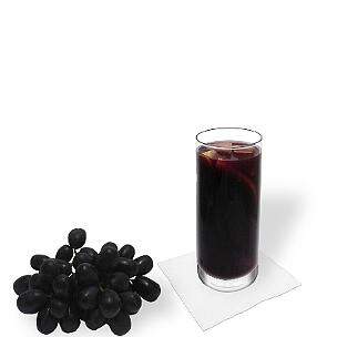 Sangria im Longdrinkglas, die übliche Art dieses fruchtige Weingetränk aus Spanien zu servieren.
